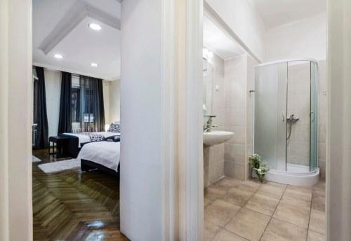 Apartmani Beograd | Apartman A18 | Pešačka zona - Pogled na spavaću sobu i kupatilo