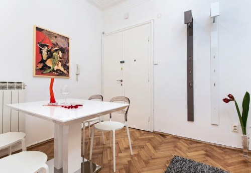 Apartmani Beograd | Strogi centar | Apartman A21 - Trpezarija sa pogledom na ulaz u stan