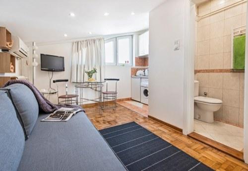 Apartmani Beograd | Jeftin stan na dan Beograd | Apartman A1 - Dnevni boravak sa pogledom na kupatilo