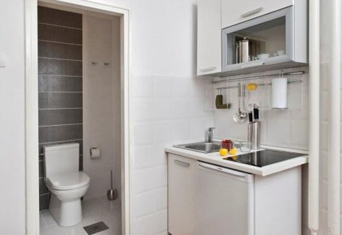 Apartmani Beograd | Povoljno | Apartman A13 - Kuhinja sa pogledom na kupatilo