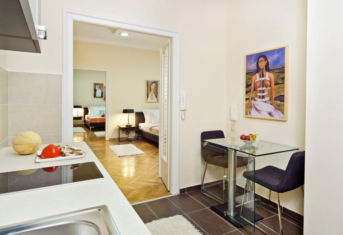 Apartmani Beograd | Apartman A20 | Strogi centar Knez Mihailova - Pogled na kuhinju, prvu i drugu spavaću sobu