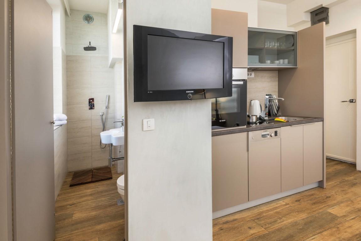 Apartmani Beograd | Jeftin smeštaj Beograd | Apartman A2 - Kuhinja i pogled na kupatilo