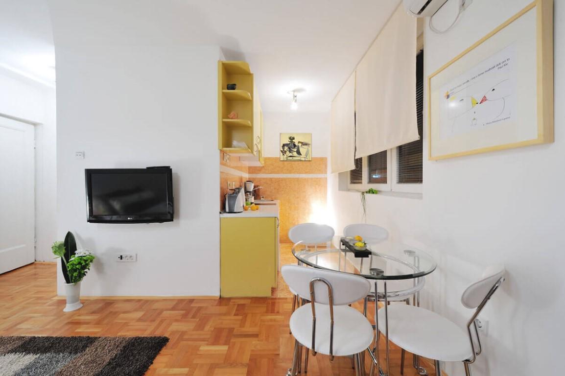 Apartmani Beograd | Sa parkingom | Apartman A15 - Trpezarija sa pogledom na kuhinju