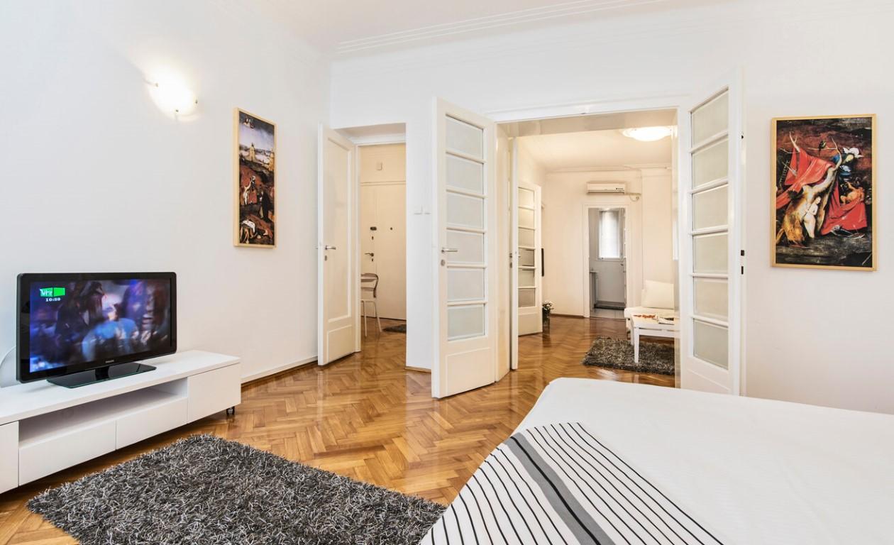 Apartmani Beograd | Strogi centar | Apartman A21 - Spavaća soba sa pogledom na dnevni boravak