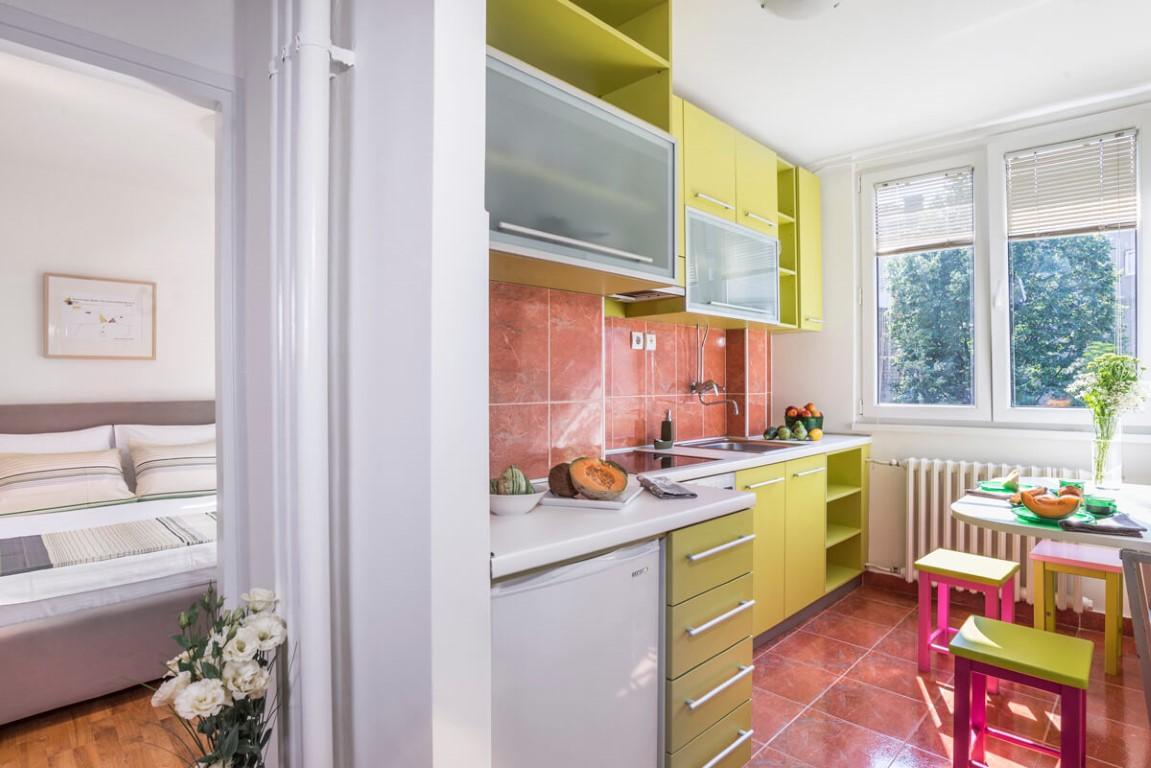 Apartmani Beograd | Apartman A23 | Skadarlija - Kuhinja i pogled na spavaću sobu