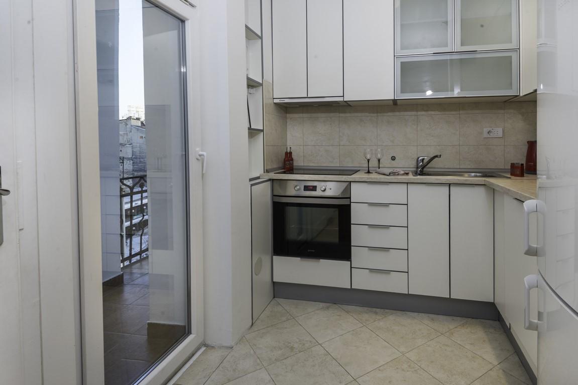 Apartmani Beograd | Stan na dan Beograd | Apartman A35 - Kuhinja i pogled na terasu