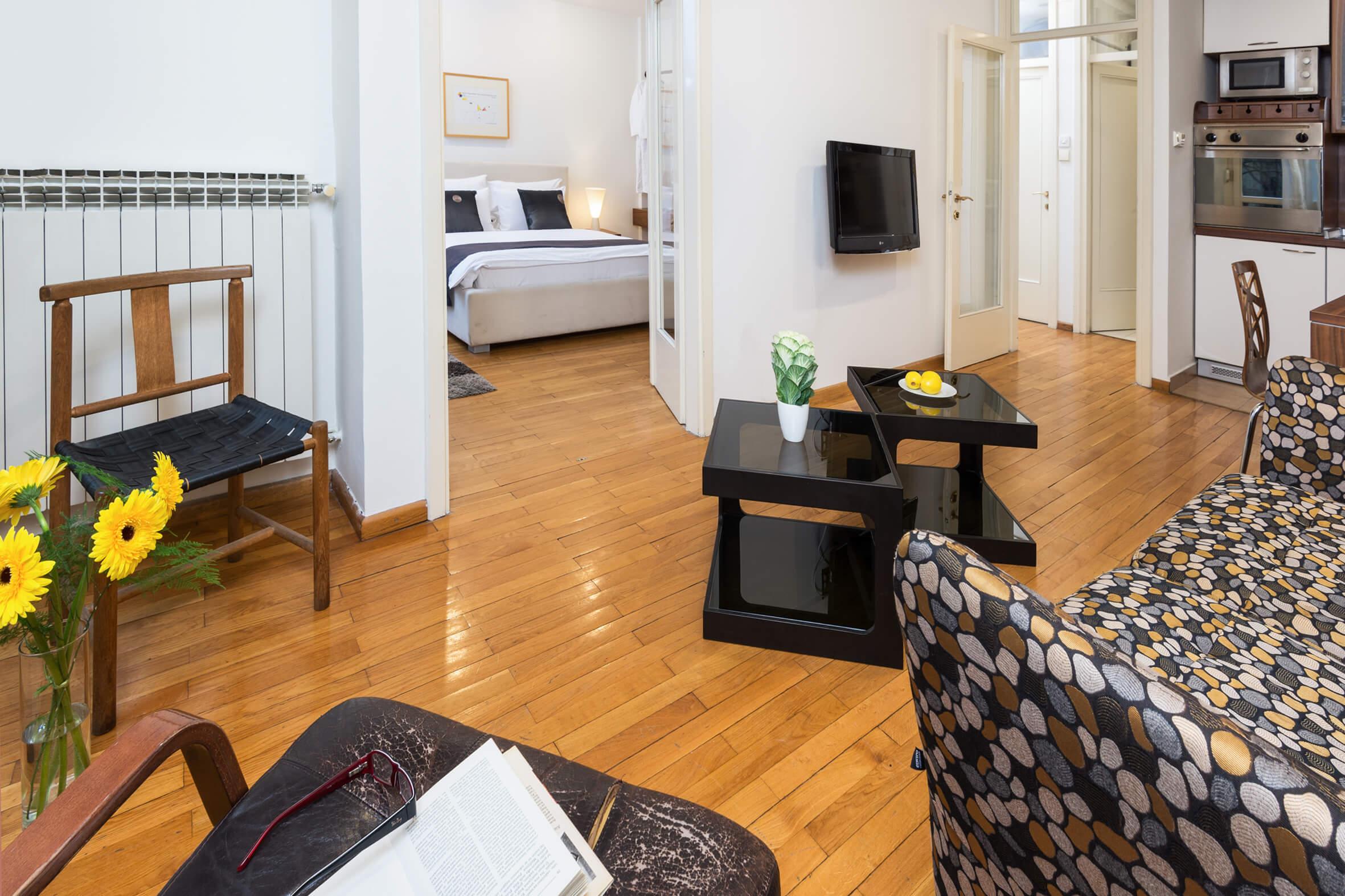 Apartmani Beograd | Stan na dan Beograd centar | Apartman A25 - Dnevni boravak, trpezarija, kuhinja i pogled na spavaću sobu